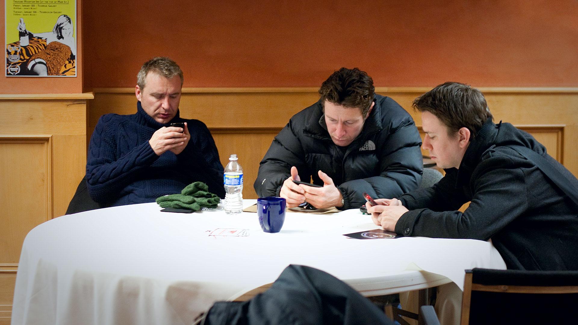 Phubbing es un término que apareció en el año 2007 con la llegada de los teléfonos inteligentes. Etimológicamente viene de la unión de las palabras phone (teléfono) y snubbing (despreciar). Se define como el acto de una persona al ignorar su entorno por concentrarse en la tecnología móvil, ya sea un smartphone, tableta, portátil... Como curiosidad, su origen está en la Universidad de Sidney (Australia). Conocieras ya este fenómeno o no segura que alguna vez has vivido una situación de este tipo debido a la gran influencia de las tecnologías en nuestras vidas, especialmente los dispositivos móviles. Sea para revisar el whatsapp o las redes sociales, este comportamiento sigue siendo muy común desde su aparición. Muchas veces ya se hace inconscientemente aunque nuestra intención no sea despreciar a otro por medio de ignorarlo ante un móvil. Pero ya se sabe que los teléfonos e Internet generan adicción. Lo importante es recordar que hay un momento para todo y según las prioridades de cada uno anteponer o no el uso excesivo de los smartphone según en qué situación nos encontremos. Sin cometer faltas de cortesía y atendiendo a lo que nos rodea para evitar que este fenómeno social sea un problema en nuestro día a día. No podemos pretender acabar con este fenómeno social a nivel mundial pero sí colaborar con buenas prácticas.